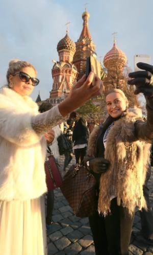 26.out.2013 - Stephanie Tency, Miss Holanda, e Anne Hagen, Miss Alemanha, tiram fotos juntas em frente à Catedral de São Basílio em Moscou, na Rússia. No dia 9 de novembro, o país sediará o concurso de beleza que será realizado no Crocus City Hall