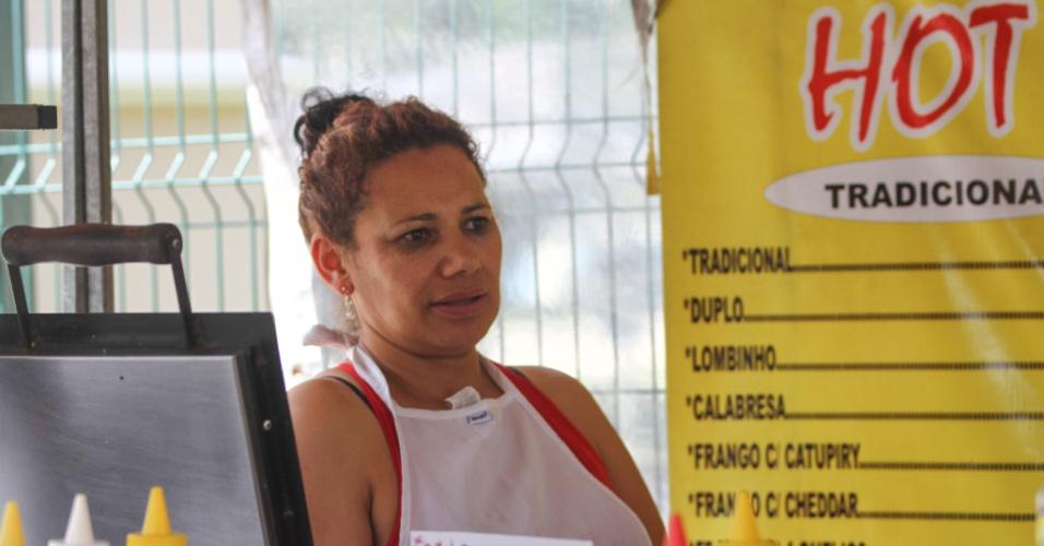 26.out.2013 - Tina Becker, ambulante que estava em frente a PUC Curitiba, comentou que os candidatos se atrasam para uma prova, mas para um show eles armam barracas e até dormem na fila para não perder