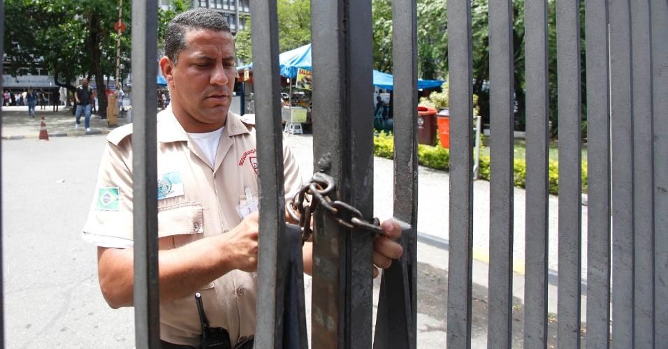 26.out.2013 - UERJ (Universidade Estadual do Rio de Janeiro) fecha os portões no primeiro dia de prova do Enem