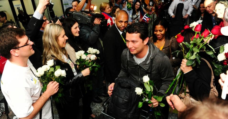 26.out.2013 - Um grupo de 33 médicos estrangeiros desembarcou neste sábado em Porto Alegre (RS) para a 2ª fase do programa Mais Médicos. Os profissionais foram recebidos com flores e por autoridades como Pepe Vargas, ministro do Desenvolvimento Agrário, e Maria do Rosário, da Secretaria de Direitos Humanos