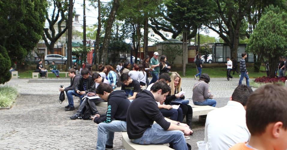 6.out.2013 - Candidatos aguardam o primeiro dia das provas do Enem (Exame Nacional do Ensino Médio) 2013 na PUC, em Curitiba