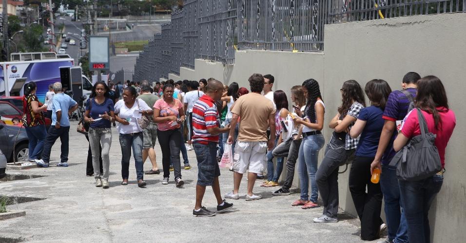26.out.2013 - Alunos chegam a  PUC Minas, na região noroeste da capital, para prova do Enem (Exame Nacional do Ensino Médio)