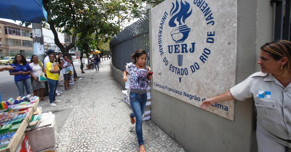 26.out.2013 - Candidatos correm para não perder a prova durante o primeiro dia das provas do Enem na UERJ (Universidade Estadual do Rio de Janeiro)