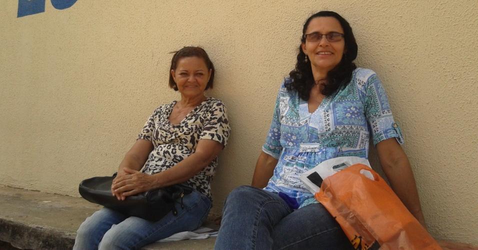 Juraci Dias, 62, e Goreti Rodrigues, 53, estão esperando neta e filho fazerem provas do Enem na Escola Estadual José Correia da Silva Titara, no Cepa, em Maceió