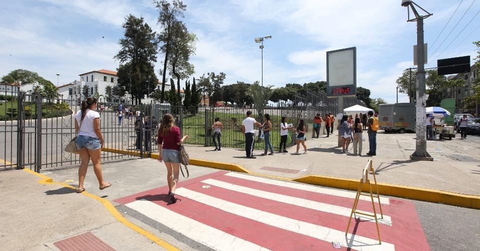 27.out.2013 - Candidatos chegam ao local de prova na PUC Minas, em Belo Horizonte, para o segundo dia de provas do Enem