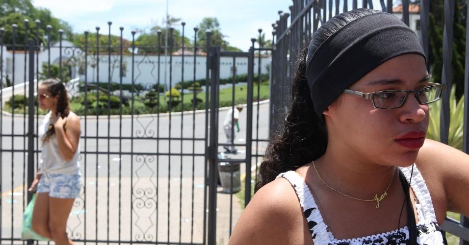 27.out.2013 - A candidata Frankielle Froilan, 18, chegou atrasada na na PUC-Minas, região noroeste de Belo Horizonte, e perdeu o segundo dia de provas do Enem (Exame nacional do Ensino Médio) 2013. Segundo ela, o atraso aconteceu porque ficou 45 minutos esperando o ônibus no ponto