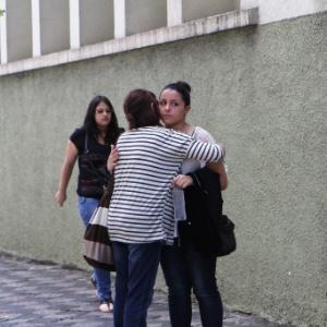 Abraço de boa sorte antes do segundo dia do Enem 2013, em Curitiba  - Geraldo Bubniak/UOL