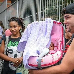 Barbara Brenda, 17, é mãe de Betina, 3 meses, e fez o segundo dia de prova do Enem, em São Paulo, enquanto Davi Santiago, 18, aguardava com a filha em uma sala especial - Leandro Moraes/UOL