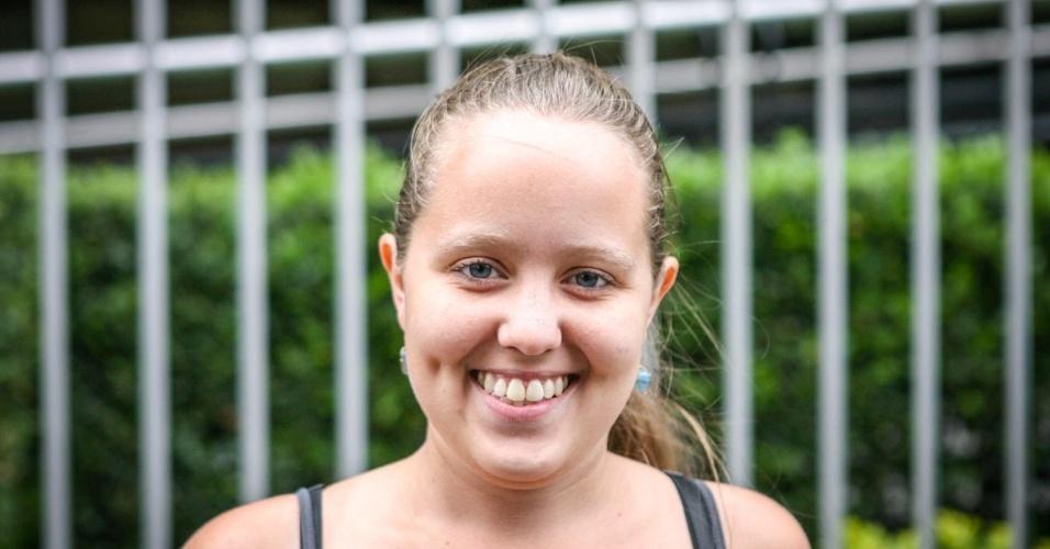 27.out.2013 - Camila Moreira, 21, foi uma das primeiras candidatas a deixar o local de prova no segundo dia do Enem, em unidade na Barra Funda
