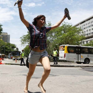 Candidata tira as sandálias para correr melhor e não perder o segundo dia de provas do Enem (Exame Nacional do Ensino Médio) 2013. Ela foi a última a entrar na PUC do Rio de Janeiro - Marcos Pinto/UOL