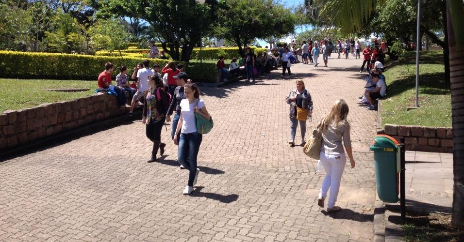 27.out.2013 - Candidatos aguardam o início do segundo dia de provas do Enem em Porto Alegre, Rio Grande do Sul