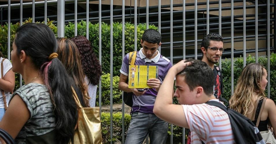 27.out.2013 - Candidatos aguardam o segundo dia de provas do Enem (Exame Nacional do Ensino Médio) 2013 em local de prova na Barra Funda, na capital paulista