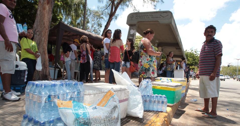 27.out.2013 - Candidatos aproveitam para lanchar enquanto o segundo dia de provas do Enem não começa no campus da Unifor, em Fortaleza