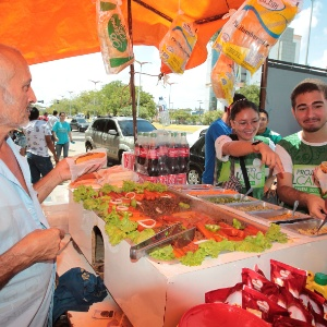 Quem foi para o Enem ou está acompanhando inscritos aproveita para lanchar no campus da Unifor, em Fortaleza - Jarbas Oliveira/UOL