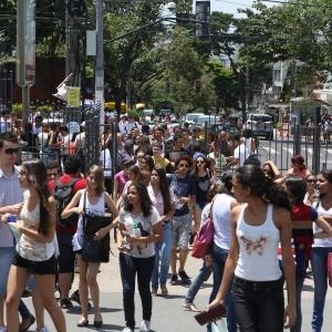 Candidatos chegam à PUC Minas, na região noroeste da capital minieira, para prova do Enem - Rodrigo Lima/UOL