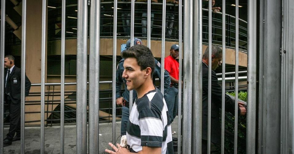 27.out.2013 - Danilo Adriani, 20, chega atrasado para fazer o segundo dia de provas do Enem em unidade na Barra Funda, São Paulo