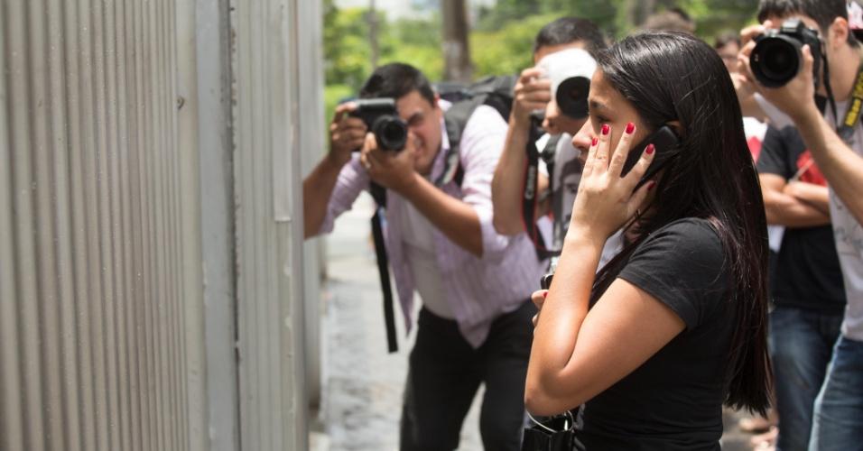 27.out.2013 - Candidatos chegam atrasados para o segundo dia de provas do Enem em unidade na Barra Funda, em São Paulo