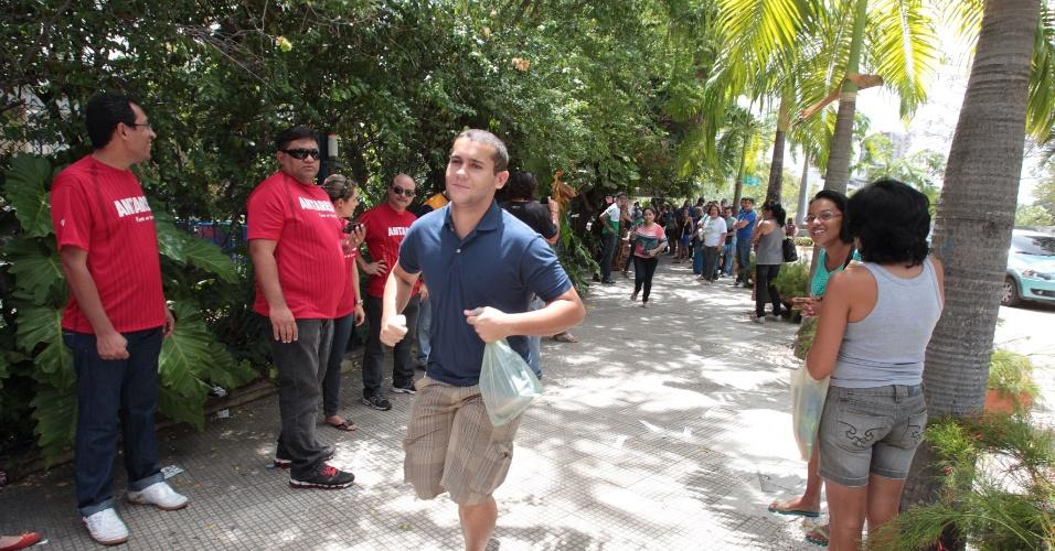 27.out.2013 - Candidatos correm para entrar em local de prova na Unifor, em Fortaleza, para o segundo dia do Enem