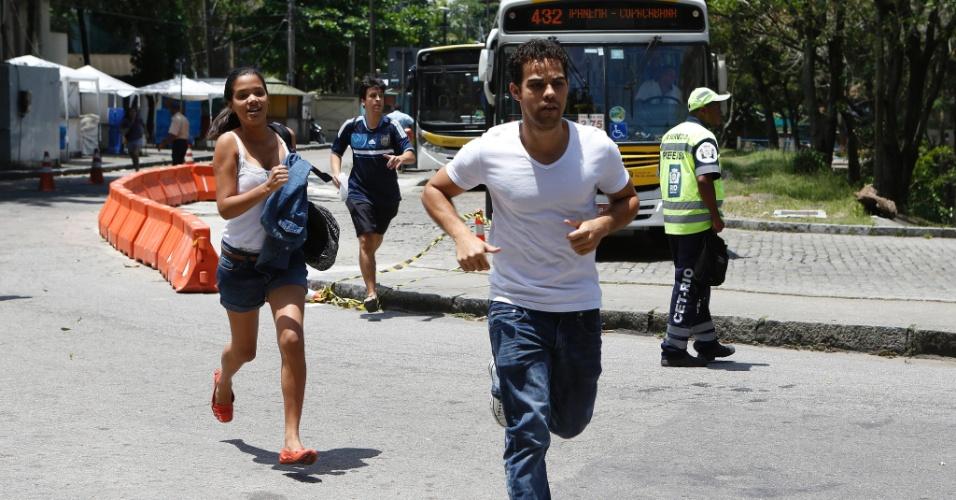 27.out.2013 - Candidatos correm para entrar na PUC do Rio de Janeiro no segundo dia de provas do Enem (Exame Nacional do Ensino Médio) 2013