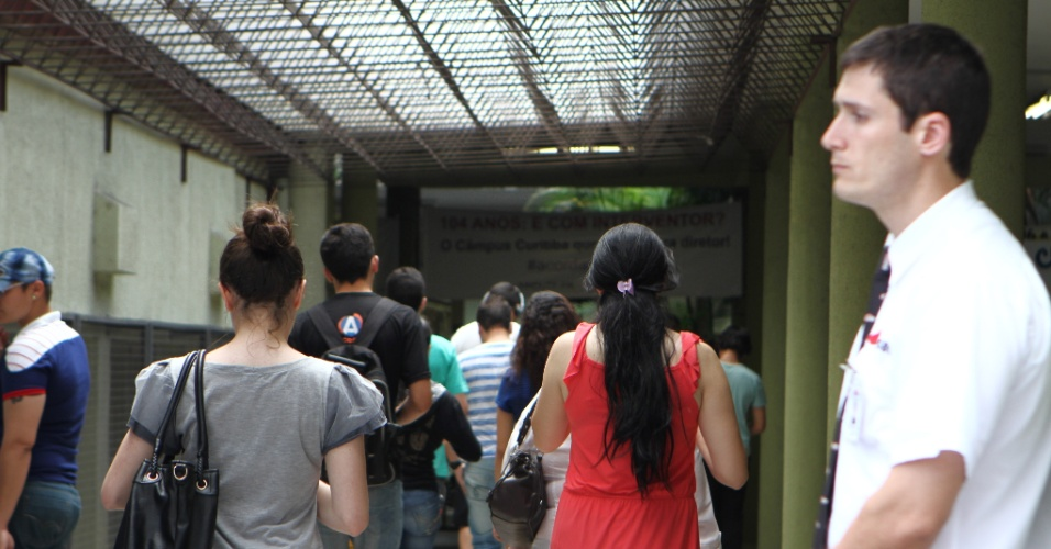 27.out.2013 - Candidatos entram em local de prova de Curitiba para o segundo dia do Enem (Exame Nacional do Ensino Médio) 2013