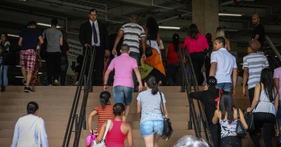 27.out.2013 - Candidatos entram em local de prova na Barra Funda, na capital paulista, para o segundo dia de provas do Enem (Exame Nacional do Ensino Médio) 2013