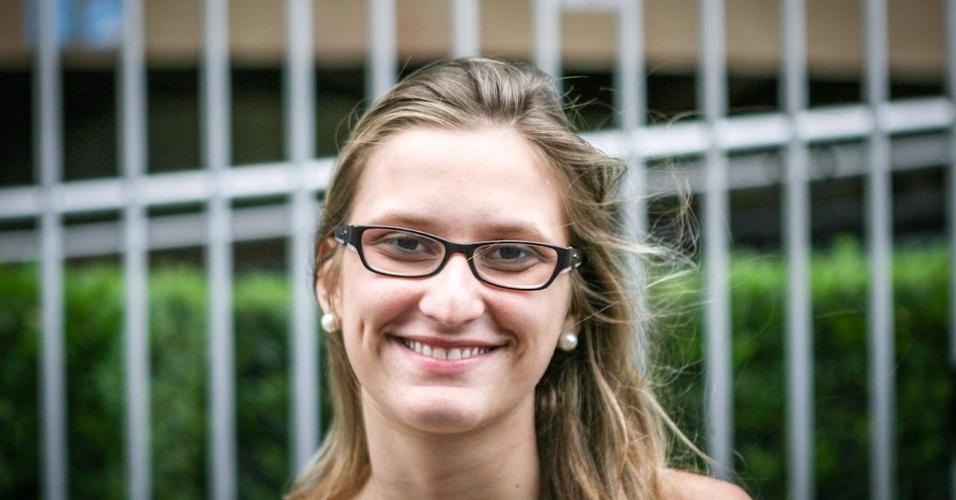 27.out.2013 - Carolina Guidi, 21, foi uma das primeiras candidatas a deixar local de prova no segundo dia do Enem, em unidade na Barra Funda