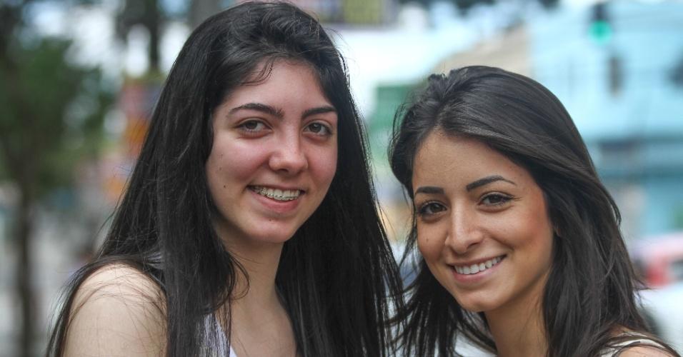 27.out.2013 - Clarice Dietrich (à esquerda), 17, e Carolina Carone, 18, aguardam o segundo dia de provas do Enem (Exame Nacional do Ensino Médio) 2013, em Curitiba