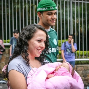 Elisa Dias, 21, segura sua filha Jeniffer, 2 meses e é acompanhada por Jhonatas Abreu, 21, pai da criança. Elisa fez o segundo dia de prova do Enem enquanto Jhonatas ficava com o bebê em uma sala especial - Leandro Moraes/UOL