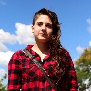 """Em Porto Alegre, a estudante Gabriela Togni, 18, reclamou dos enunciados longos no segundo dia de prova do Enem 2013. """"As questões tinham muito gráficos, estatísticas"""", disse. A candidata, que sonha em fazer publicidade em uma universidade federal, desabafou: """"Os enunciados tinham muito texto. Cheguei a ficar tonta no meio da prova."""" Porém, Gabriela também elogiou o tema da redação, que classificou como """"um assunto muito bom e fácil de escrever."""" - Divulgação"""