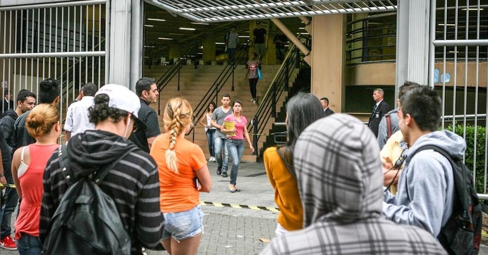 27.out.2013 - Familiares e amigos aguardam saída dos candidatos no segundo dia do Enem na Barra Funda, na capital paulista