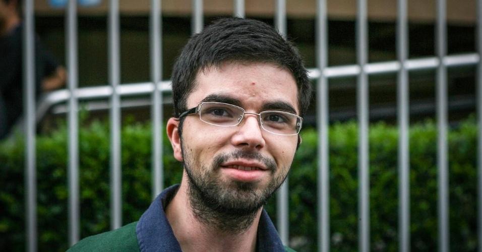 27.out.2013 - Gabriel Cardoso, 21, foi um dos primeiros candidatos a deixar o local de prova no segundo dia do Enem, em unidade na Barra Funda