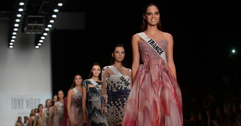 27.out.2013 - Hinarani de Longeaux (em destaque na fila), Miss França, desfila com peça desenhada pelo estilista britânico Tony Ward, durante a semana de moda primavera/verão de Moscou, na Rússia