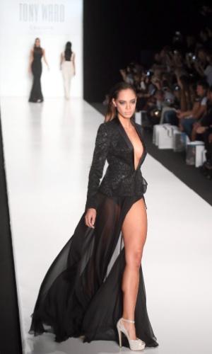27.out.2013 - Hinarani de Longeaux, Miss França, desfila com peça desenhada pelo estilista britânico Tony Ward, durante a semana de moda primavera/verão de Moscou, na Rússia