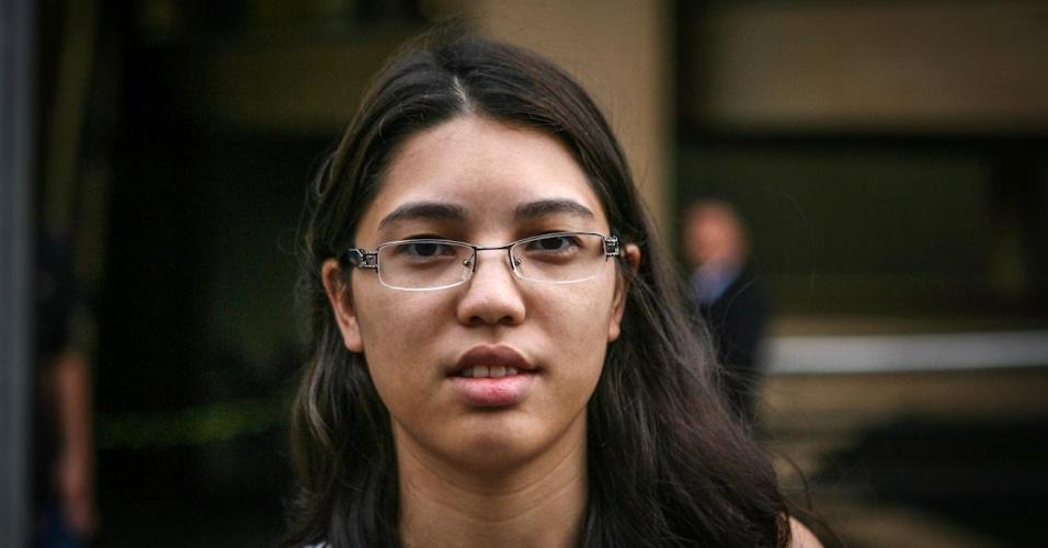 27.out.2013 - Jessica Nakoa, 21, foi uma das primeiras candidatas a deixar o local de prova no segundo dia do Enem, em unidade na Barra Funda, São Paulo