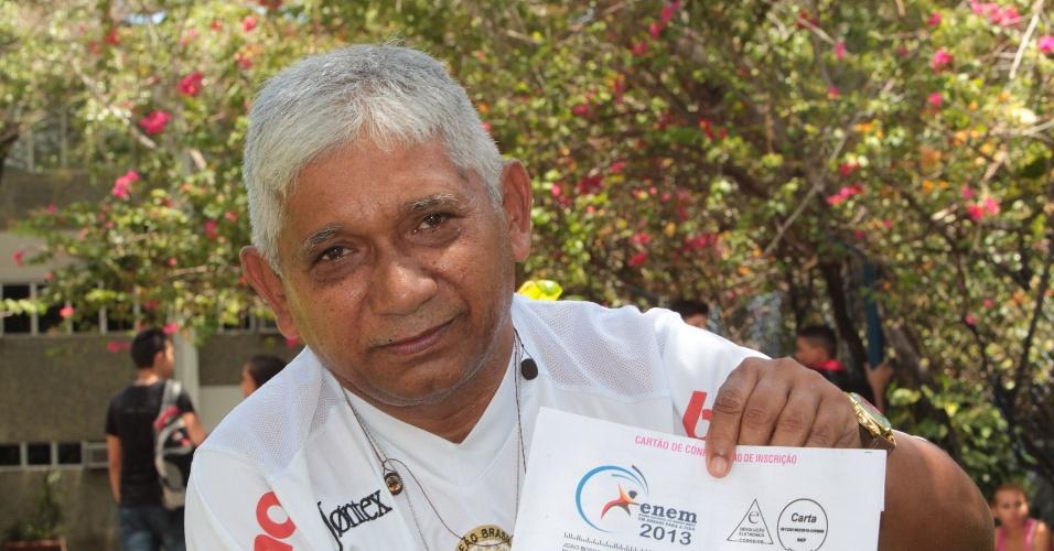 27.out.2013 - João Bosco Freitas, 65, é administrador aposentado e aguardava a entrada para o segundo dia de provas do Enem no campus da Unifor, Universidade de Fortaleza. Ele quer fazer engenharia do meio ambiente