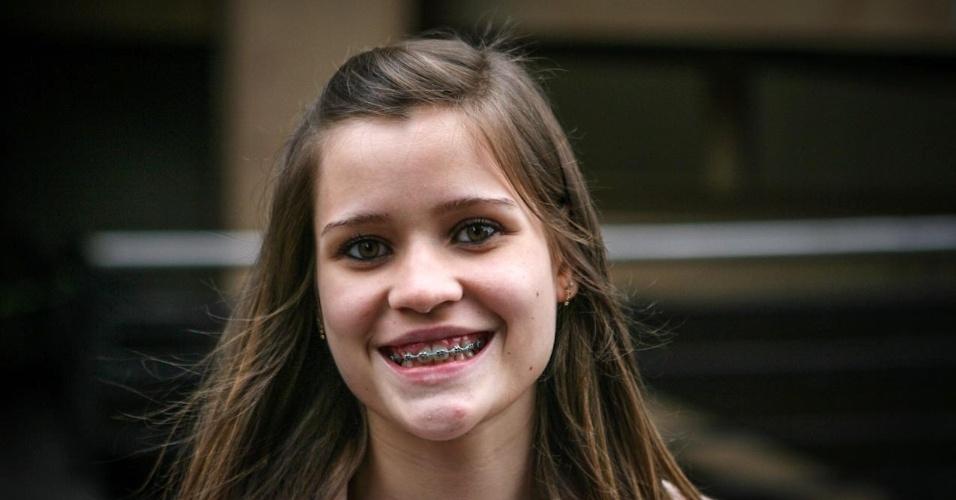 27.out.2013 - Julia Olimpio, 17, foi uma das primeiras candidatas a deixar o local de prova no segundo dia do Enem, em unidade na Barra Funda, São Paulo