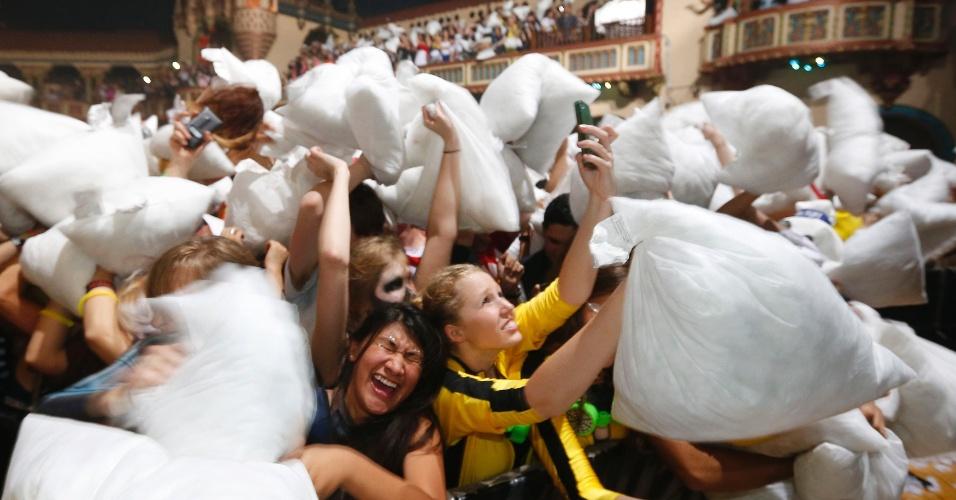27.out.2013 - Moradores de Chicago, nos Estados Unidos, tentam estabelecer um novo recorde mundial de Guerra de travesseiro. Segundo o Guinness, eles precisam mais de 3.706 participantes para desbancar a marca anterior