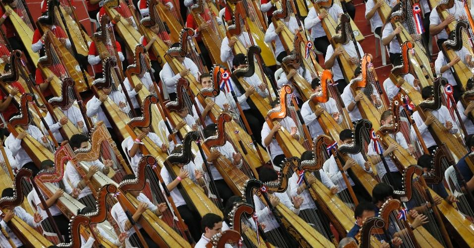 """27.out.2013 - Músicos paraguaios tocam harpa para quebrar recorde do Guinness Book (O """"Livro dos Recordes"""") como a maior orquestra de músicos do mundo a tocar o instrumento, durante o festival Sonha Paraguai, em Assunção"""