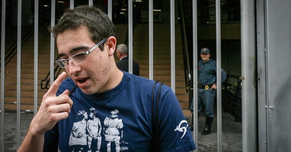 27.out.2012 - A imagem do estudante Flávio Renato de Queiroz, 20, foi estampada em diversos veículos de imprensa, inclusive no UOL, como um dos casos mais dramáticos de atraso no Enem 2013. Mas era tudo uma brincadeira, que foi descoberta no dia 29