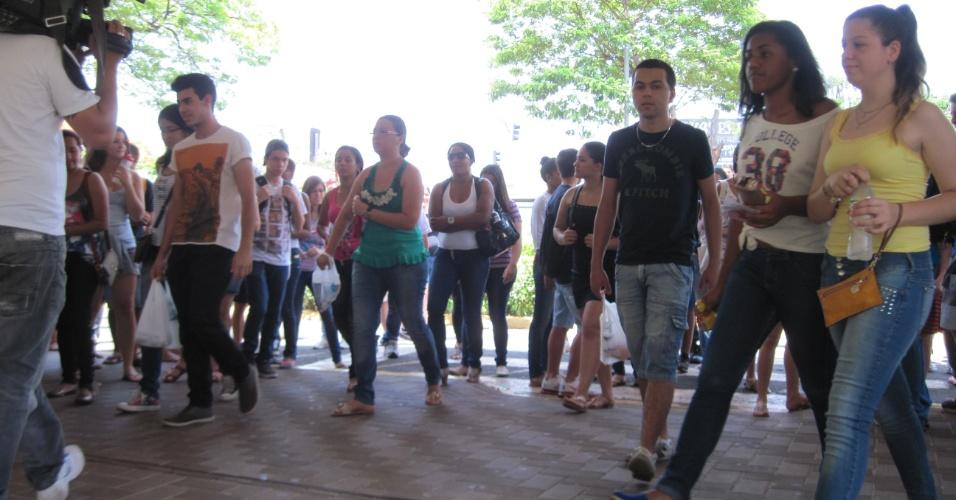 27.out.2013 - Os portões da Unaerp, um dos locais de prova do Enem em Ribeirão Preto (SP) foram abertos pontualmente às 12h neste domingo