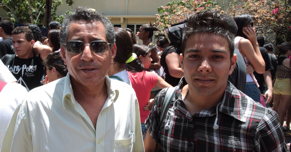 27.out.2013 - Os vizinhos Valdir Santos, 62, e John Lennon do Santos, 22, aguardam a entrada para o segundo dia de provas do Enem no Campus da Unifor, Universidade de Fortaleza, no bairro Água Fria