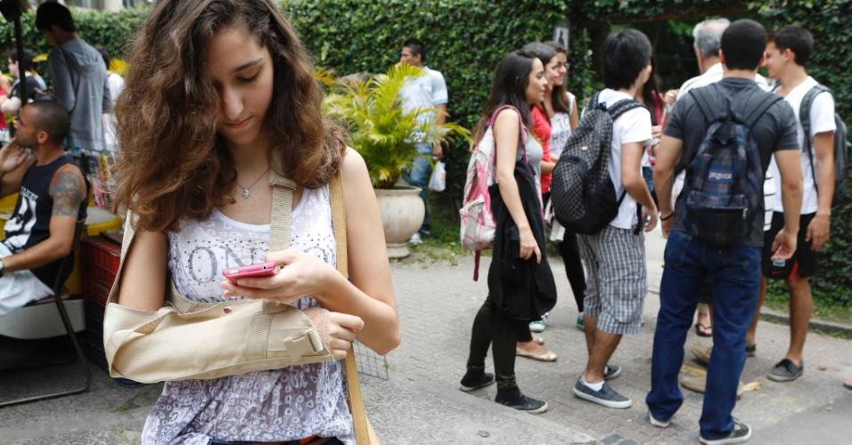 27.out.2013 - Segundo dia de provas do Enem na PUC, no Rio de Janeiro. Bruna Madeira, 18, deseja fazer medicina. Ela quebrou o braço andando de skate, mas não desistiu de fazer o Enem