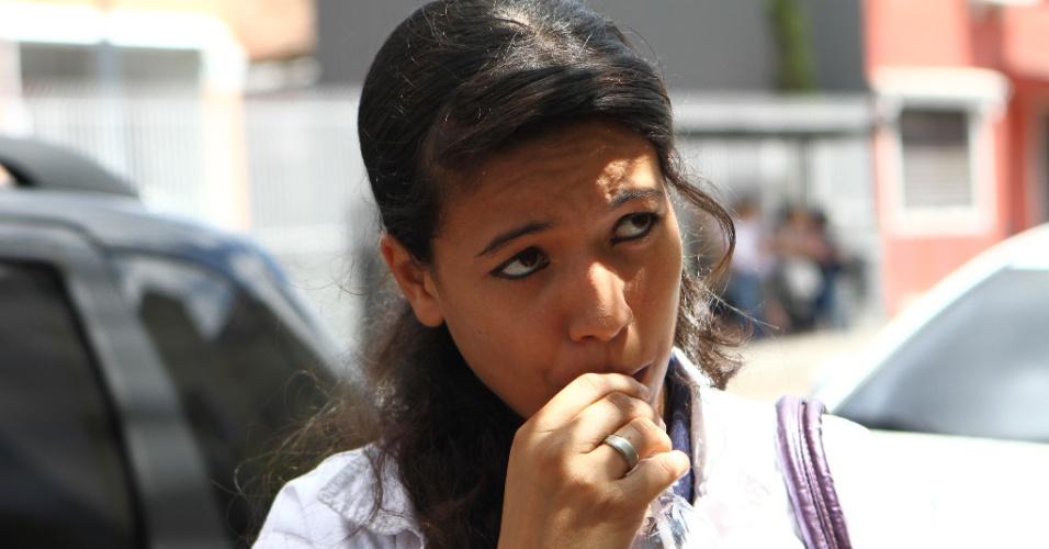 27.out.2013 - Stefani Lima, 16, aguarda o início do segundo dia de provas do Enem (Exame Nacional do Ensino Médio) 2013, em Curitiba. A candidata contou que estudou em casa já que a mãe é professora de cursinho