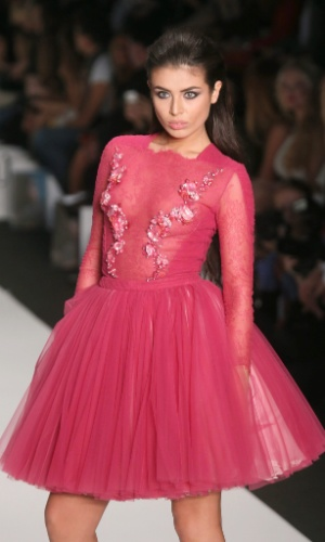 27.out.2013 ? Elmira Abdrazakova, Miss Rússia, participa de desfile com criação do estilista britânico Tony Ward, durante a semana de moda primavera/verão em Moscou, na Rússia