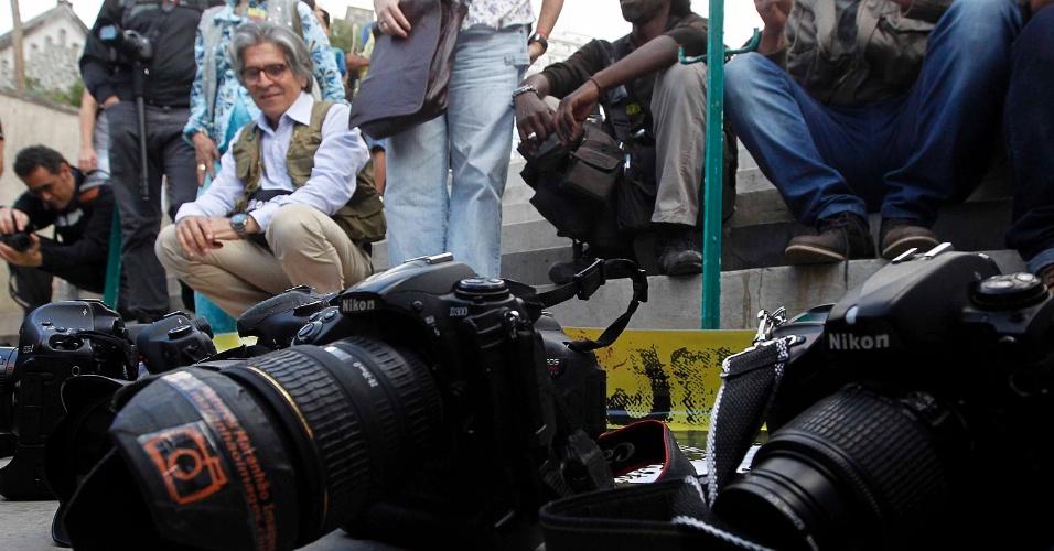 28.out.2013 - Fotógrafos realizam ato em protesto contra agressões a jornalistas e fotógrafos durante manifestações e em defesa da liberdade de imprensa, na praça Roosevelt, região central de São Paulo. O ato contou com o apoio do SJSP (Sindicato dos Jornalistas Profissionais do Estado de São Paulo), Arfoc (Associação dos Repórteres Fotográficos de São Paulo), Ajaesp (Associação dos Jornalistas Veteranos no Estado de São Paulo) e Fenaj (Federação Nacional dos Jornalistas)