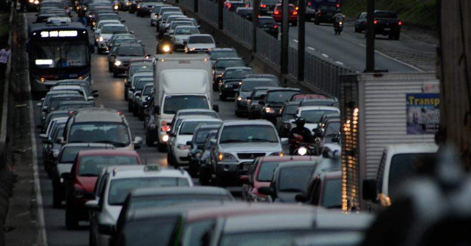 28.out.2013 - O trânsito na rodovia Régis Bittencourt, que liga São Paulo ao sul do país, em Taboão da Serra, ficou completamente parado, nos dois sentidos, devido ao tombamento de um caminhão que, em seguida, bateu em uma passarela da estrada