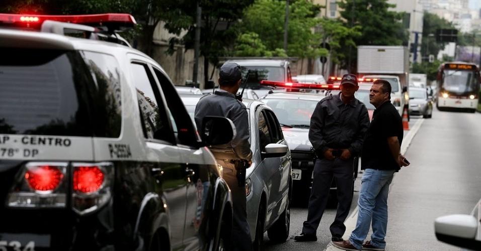 28.out.2013 - Policiais preservam o local onde um casal que estava em um carro com placa da cidade de Bauru, no interior de São Paulo, foi baleado. O crime aconteceu na esquina da alameda Lorena com avenida Nove de Julho, na região central de São Paulo, nesta segunda-feira (28)