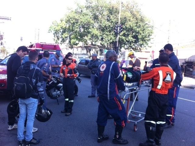 28.out.2013 - Socorristas atendem motociclista que ficou ferido em acidente entre carro e moto no corredor de ônibus da avenida Corifeu de Azevedo Marques, na zona oeste de São Paulo