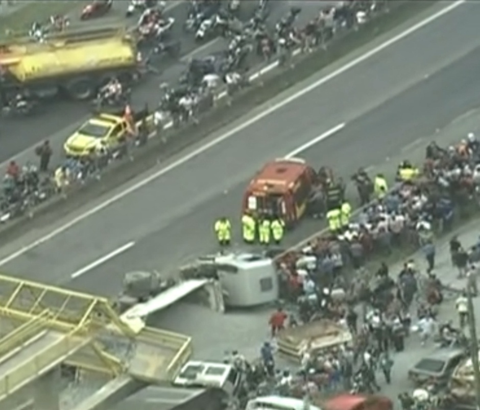 28.out.2013 - Um caminhão derrubou a passarela da rodovia Régis Bittencourt, no Taboão da Serra, nesta segunda-feira (28), interditando completamente o trânsito da via, que é a principal ligação entre São Paulo e o sul do país