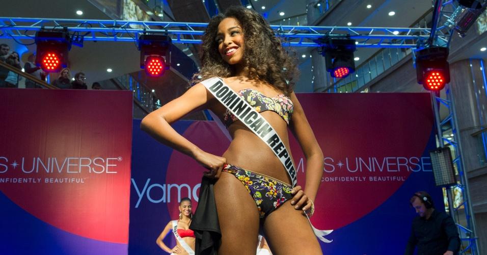28.out.2013 - Yaritza Reyes, Miss Universo República Dominicana, desfila de biquíni em shopping de Moscou. O Miss Universo 2013 acontece no dia 9 de novembro e tem mais de 80 candidatas